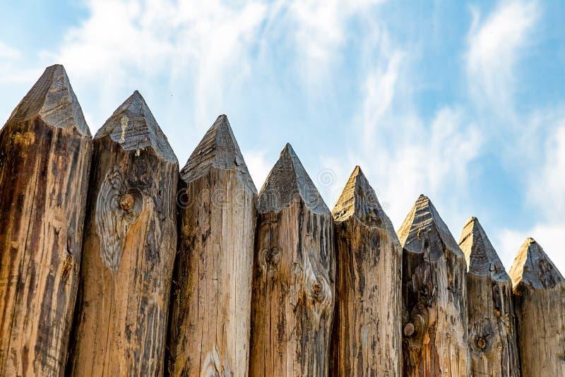 De beschermende muur scherpe logboeken registreert oud door storm geteisterd ondoordringbaar muur gevangengenomen element op heme stock foto's