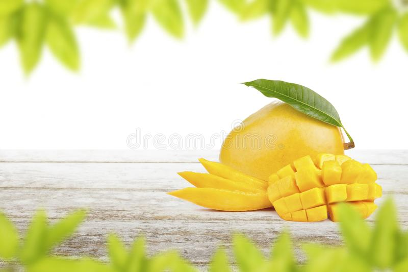 De besnoeiing en de plak van het mangofruit gezet op witte lijst royalty-vrije stock fotografie