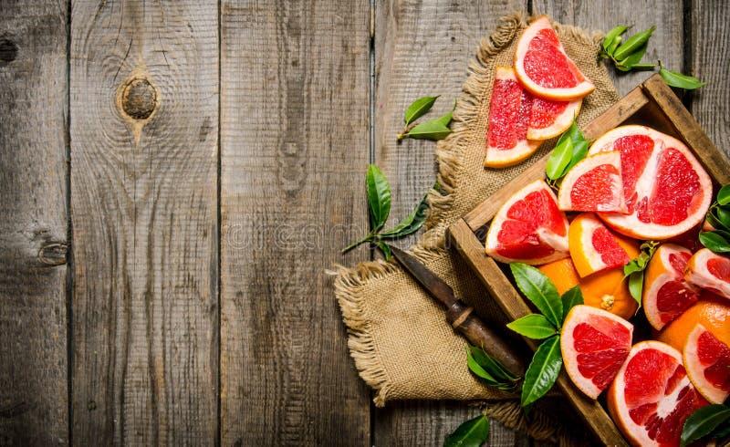 De besnoeiingsgrapefruit met bladeren stock afbeeldingen