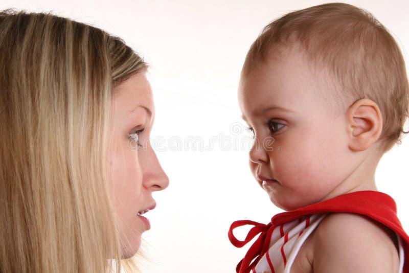 De bespreking van de moeder met baby royalty-vrije stock afbeeldingen