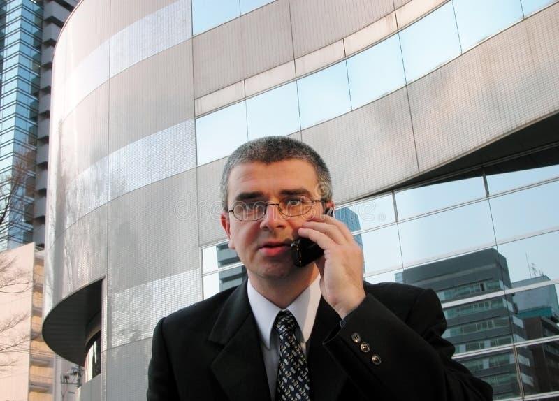 De bespreking van de telefoon in een stad stock foto's