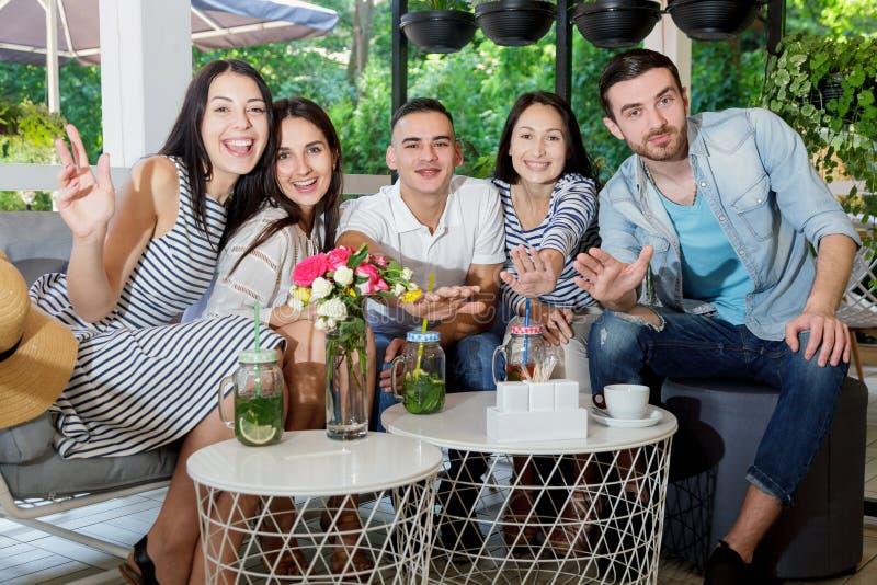 De bespreking van de jongerenkoffie communiceert de zomer cocktail groepeert samen het gelukkige de jongensman van het glimlachme stock foto