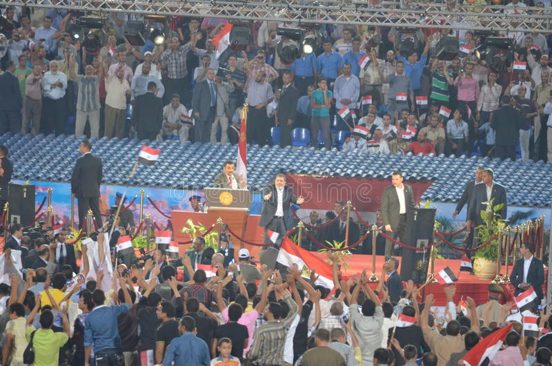 De bespreking van President Mohamed Morsy aan mensen stock foto