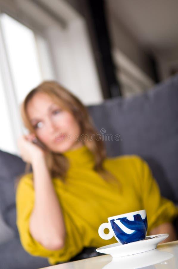 De besprekingen van de vrouw op de telefoon royalty-vrije stock afbeelding