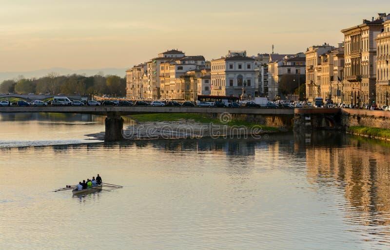 De beste avondmening van Arno River en Lungarno Pacinotti opent van de Brug van Ponte Grazzi Florence stock fotografie
