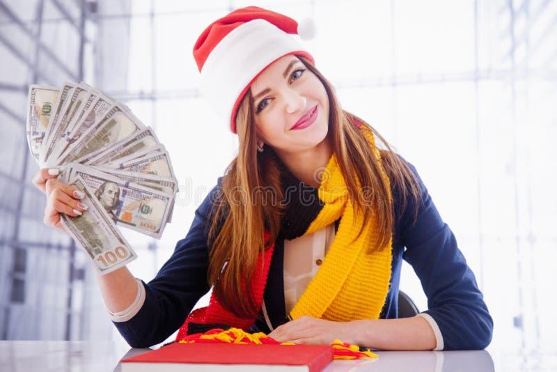 De beste gift voor de vakantie is geld Jonge mooie zaken stock foto's