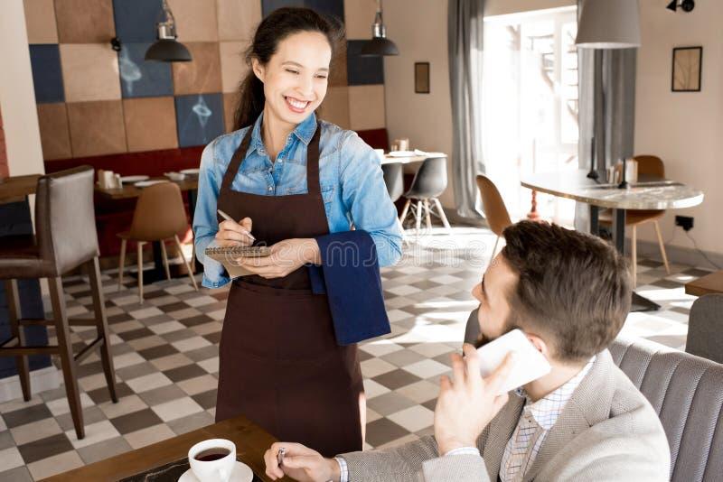De beste kwaliteitsdienst in modern restaurant stock afbeeldingen