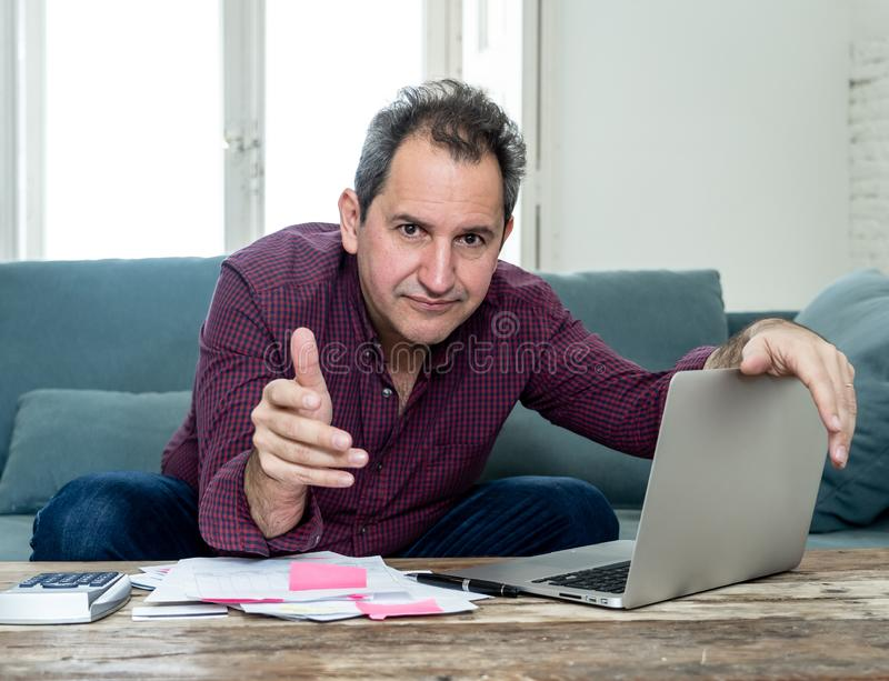 De beste man van middelbare leeftijd benadrukte de schulden van kredietkaarten en betalingen die niet gelukkig zijn met de boekho stock foto