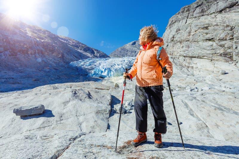 De beste stijging van Noorwegen Hogere vrouwen met wandelingsmateriaal in de bergen royalty-vrije stock afbeelding