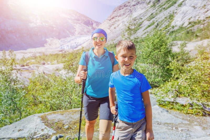 De beste stijging van Noorwegen Leuke jongen en zijn moeder met wandelingsmateriaal in de bergen royalty-vrije stock afbeeldingen
