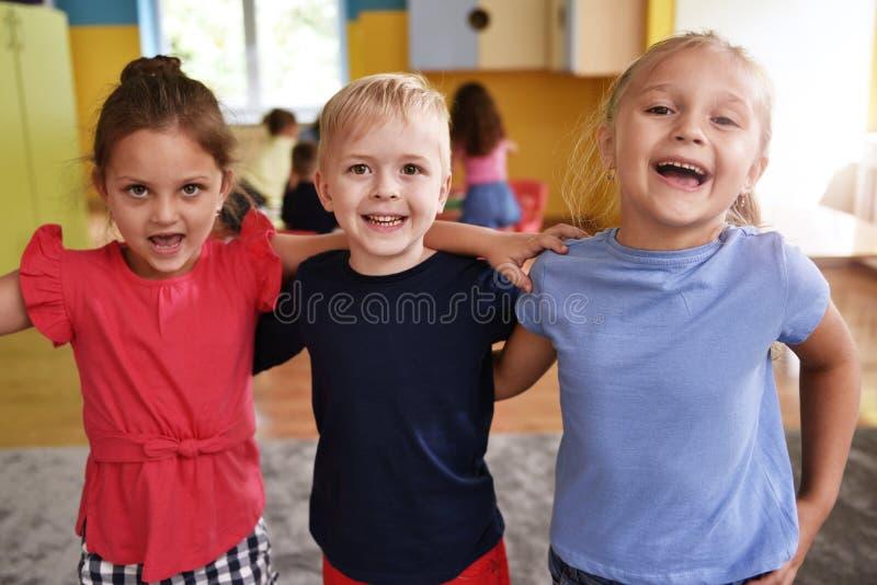 De beste vrienden in de kleuterschool royalty-vrije stock afbeelding