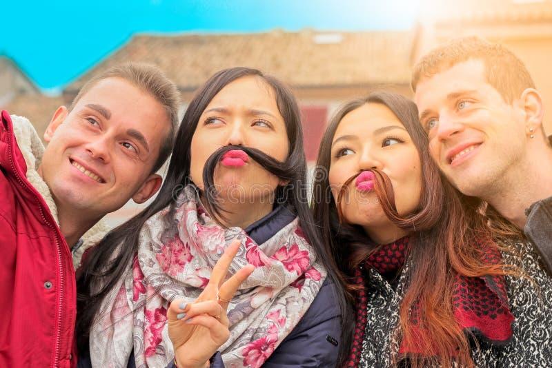 De beste vrienden krijgen het grappige stellen voor selfie royalty-vrije stock foto's