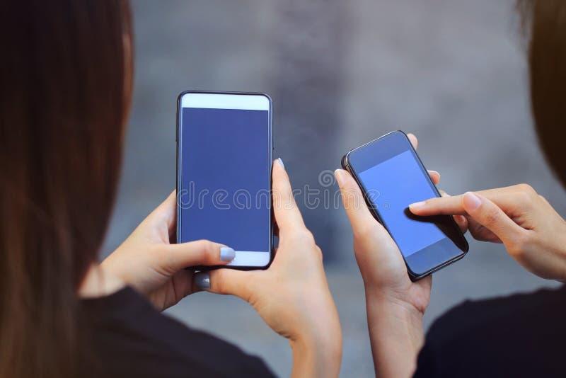 De beste Vrienden, Vrouw gebruikend elektronisch gadget, typend bericht of controlerend newsfeed op sociale netwerken stock foto