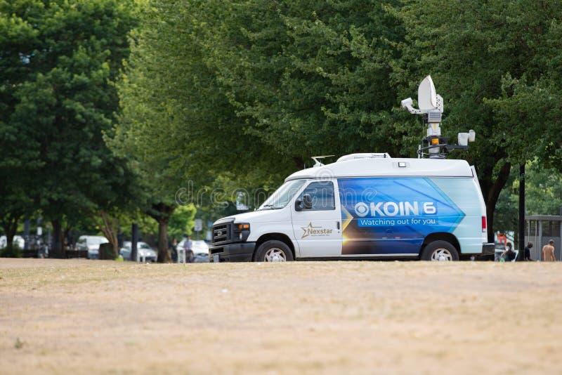 De bestelwagen van de nieuwsverslaggever in het park stock fotografie