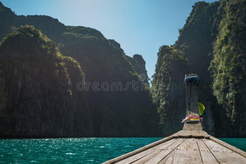 De bestemmingen van de reis in Azië Lange die staartboot dichtbij de rotsen en de heuvels wordt vastgelegd royalty-vrije stock afbeelding