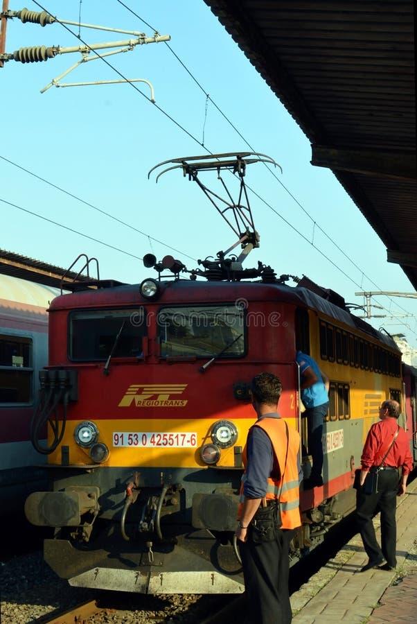 De bestuurder beklimt aan boord van Regiotrans-locomotief in Boekarest Roemenië royalty-vrije stock foto's