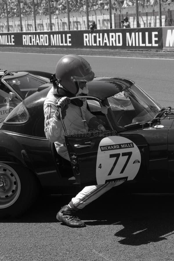 De bestuurder beklimt zijn auto in Le Mans royalty-vrije stock afbeeldingen