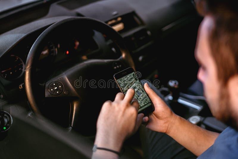 De bestuurder die mobiele telefoon voor gps het volgen in autoreis met behulp van, sluit omhoog van de mens gebruikend dagelijkse stock afbeelding