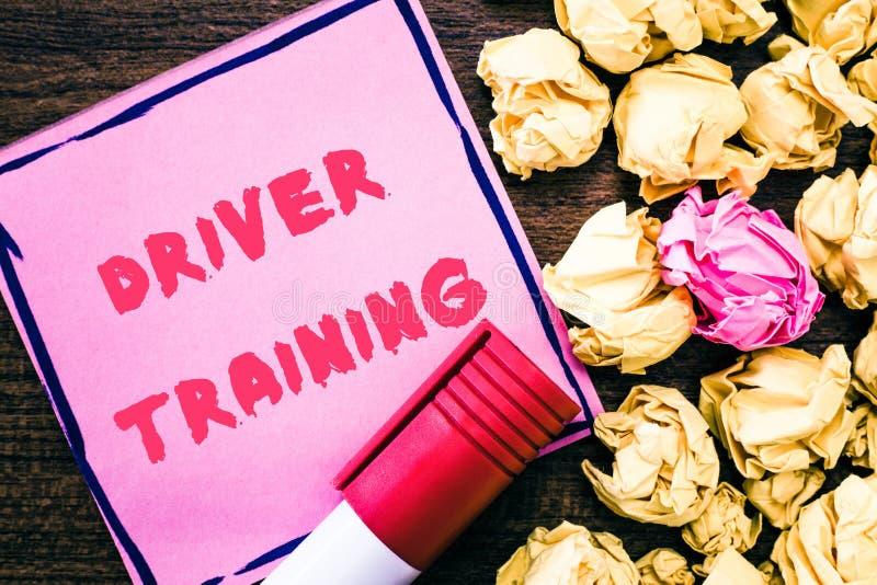 De Bestuurder Training van de handschrifttekst De conceptenbetekenis bereidt een nieuwe bestuurder voor om een bestuurders` s ver stock foto