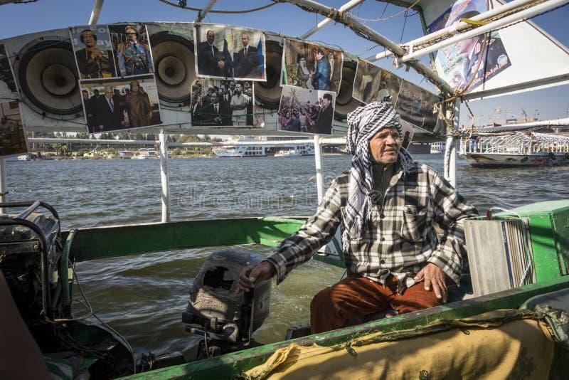 De Bestuurder van de riviertaxi op Rivier Nijl, Kaïro, Egypte stock foto's
