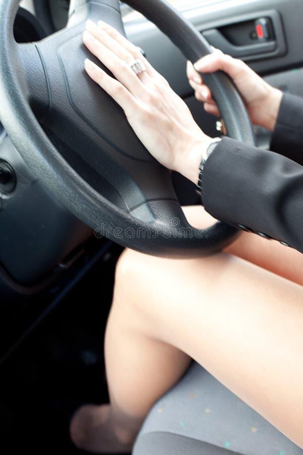 De bestuurder van de vrouw met haar hand op de sirene stock foto