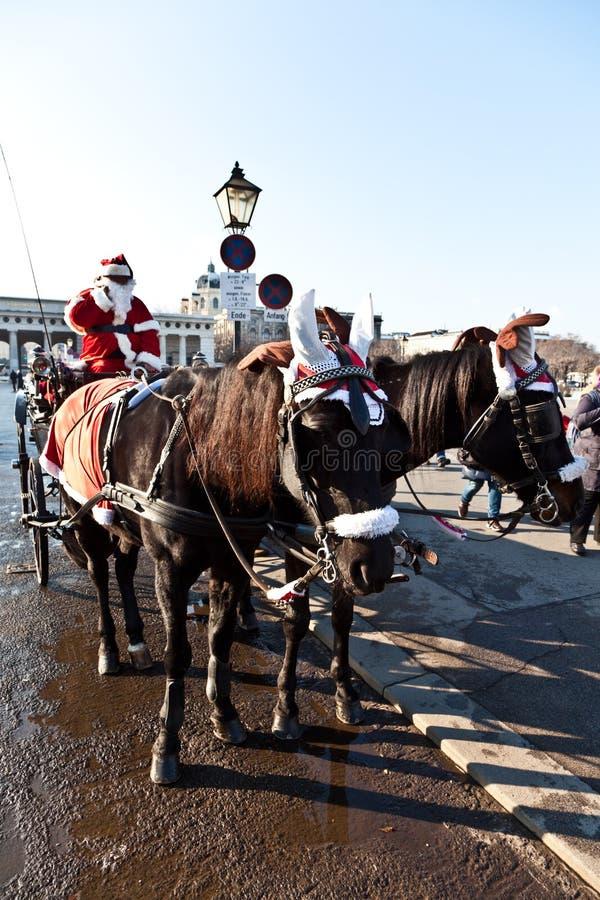 De bestuurder van fiaker is gekleed als Kerstman stock afbeelding