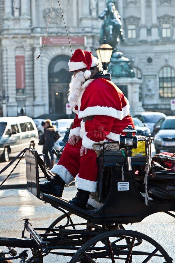 De bestuurder van fiaker is gekleed als Kerstman stock afbeeldingen