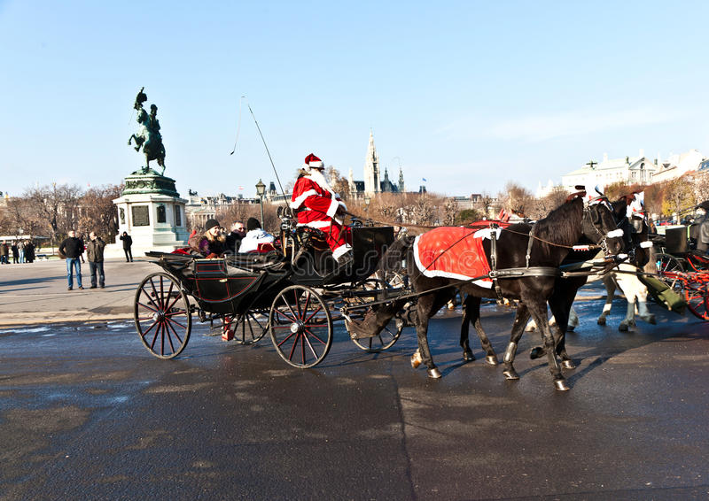 De bestuurder van fiaker is gekleed als Kerstman stock foto