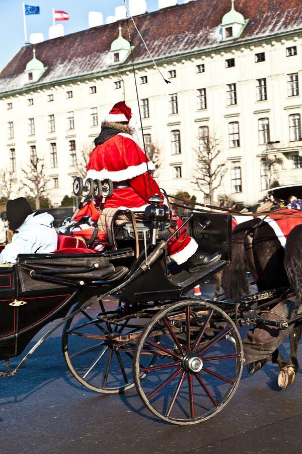 De bestuurder van fiaker is gekleed als Kerstman royalty-vrije stock fotografie