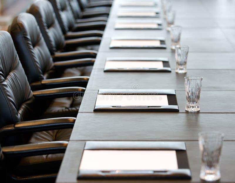 De bestuurskamerlijst wordt geplaatst voor een vergadering stock afbeeldingen