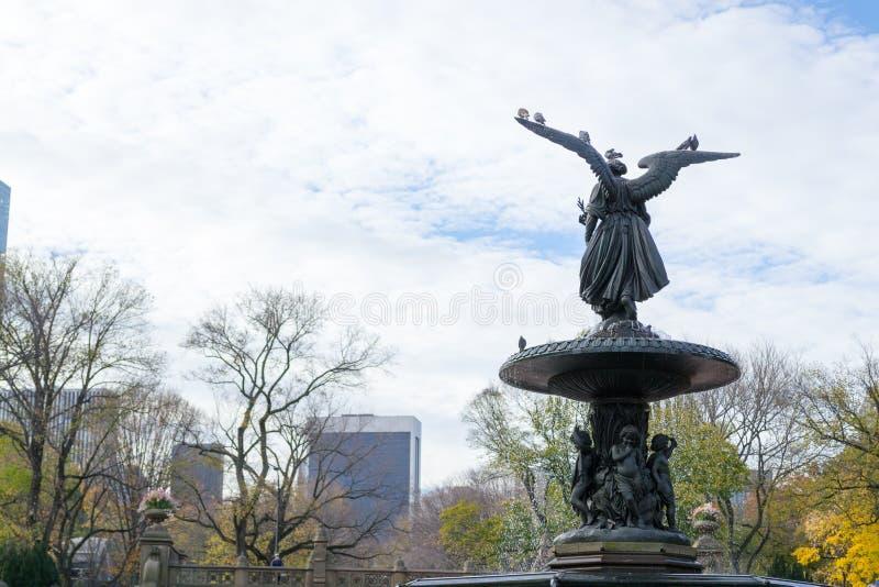 De Bethesda-fontein in een de herfstochtend stock foto's