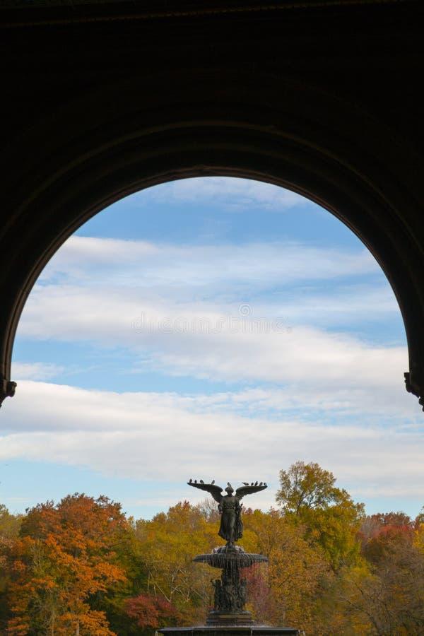 De Bethesda-fontein in een de herfstochtend royalty-vrije stock fotografie