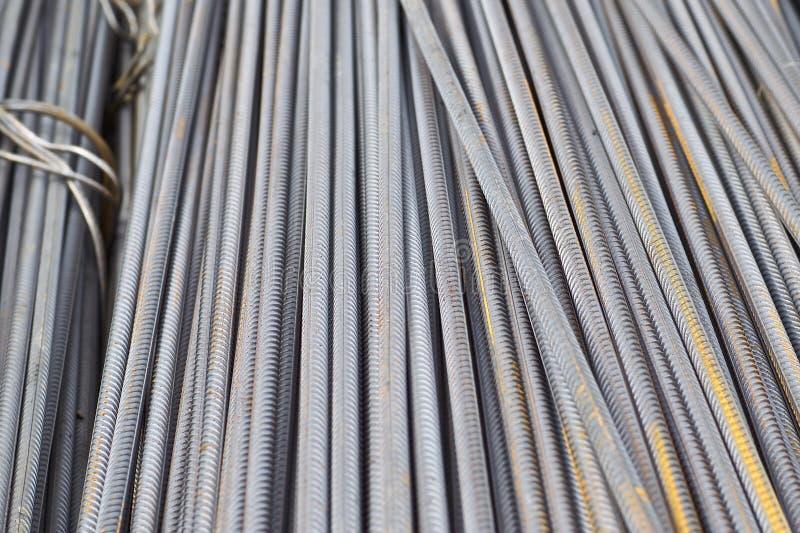 De betonstalen met een periodiek profiel in de pakken worden opgeslagen in het pakhuis van metaalproducten stock foto's