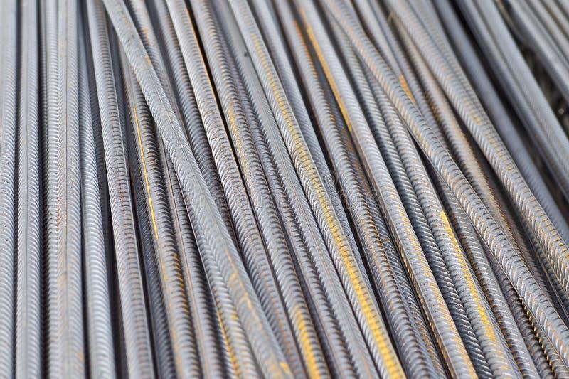 De betonstalen met een periodiek profiel in de pakken worden opgeslagen in het pakhuis van metaalproducten stock foto