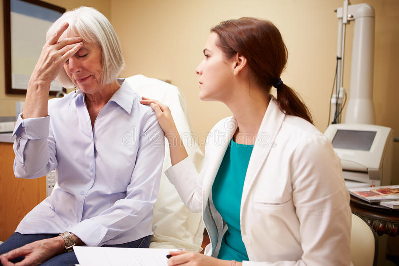 De Betroffen Vrouwelijke Patiënt van artsenin consultation with Oudste royalty-vrije stock fotografie