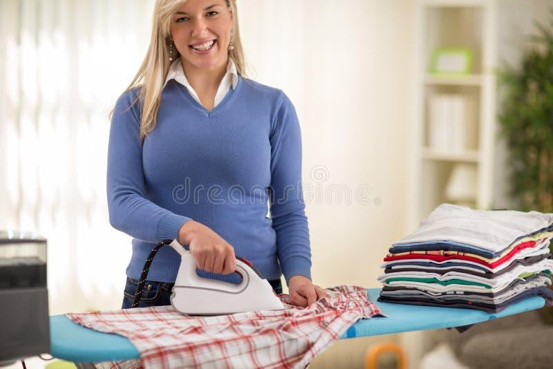 De bevallige overhemden van het vrouwenijzer royalty-vrije stock afbeelding