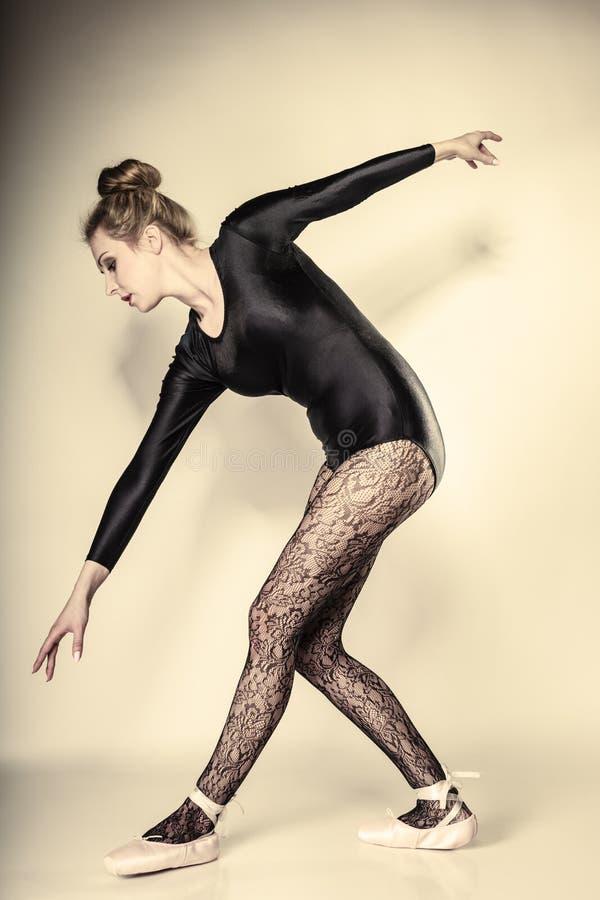 De bevallige volledige lengte van de vrouwenballetdanser royalty-vrije stock fotografie