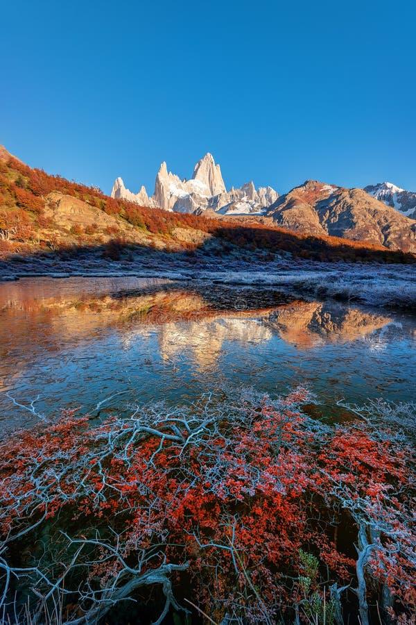 De bevroren bezinning van Monte Fitz Roy Cerro Chalte stock afbeelding