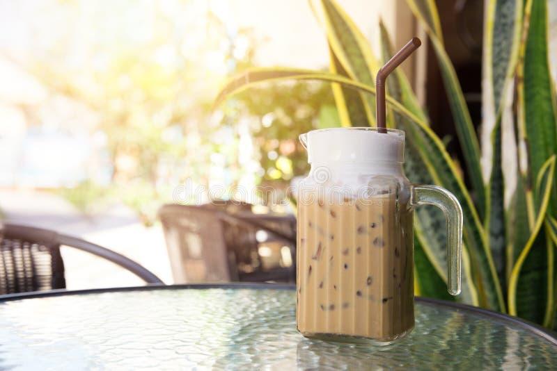 De bevroren drank van Koffielatte in de zomertijd stock afbeelding