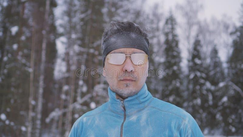 De bevroren mens van de sportenatleet, portret die van een atleet in de winter, in een koude tijd, wintersporten lopen royalty-vrije stock afbeelding