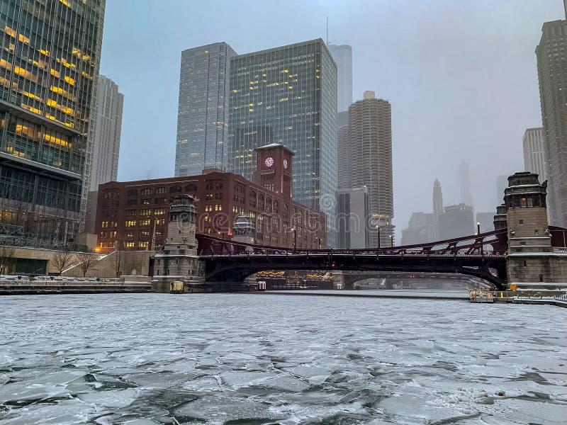 De bevroren Rivier van Chicago in de Lijn van Chicago tijdens Januari-sneeuwstorm stock foto
