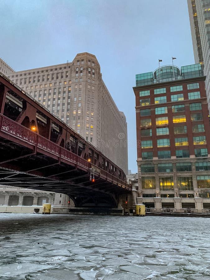De bevroren Rivier van Chicago onder de Brug van de Puttenstraat royalty-vrije stock fotografie