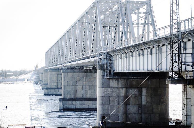 De bevroren rivier van de spoorwegbrug royalty-vrije stock foto's