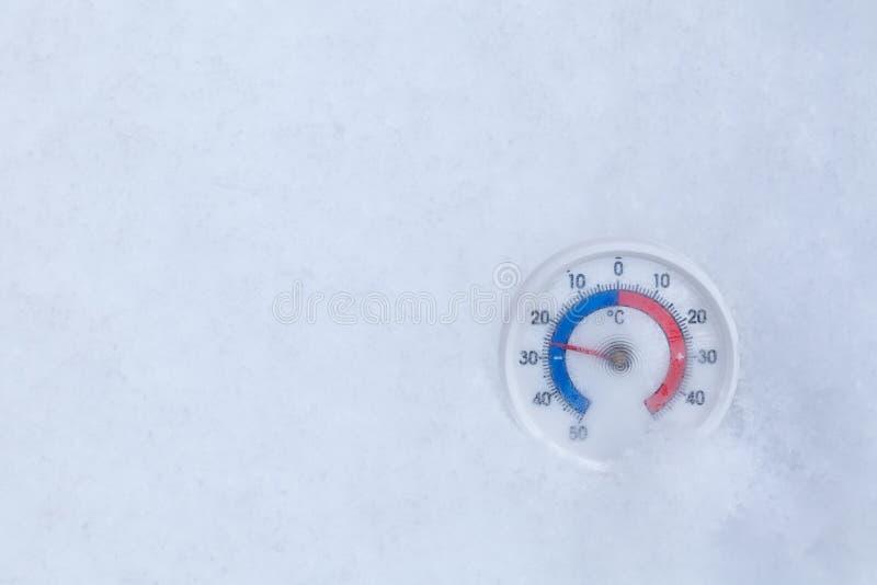 De bevroren thermometer toont minus 25 Celsius-graad extreme koude wi royalty-vrije stock foto's
