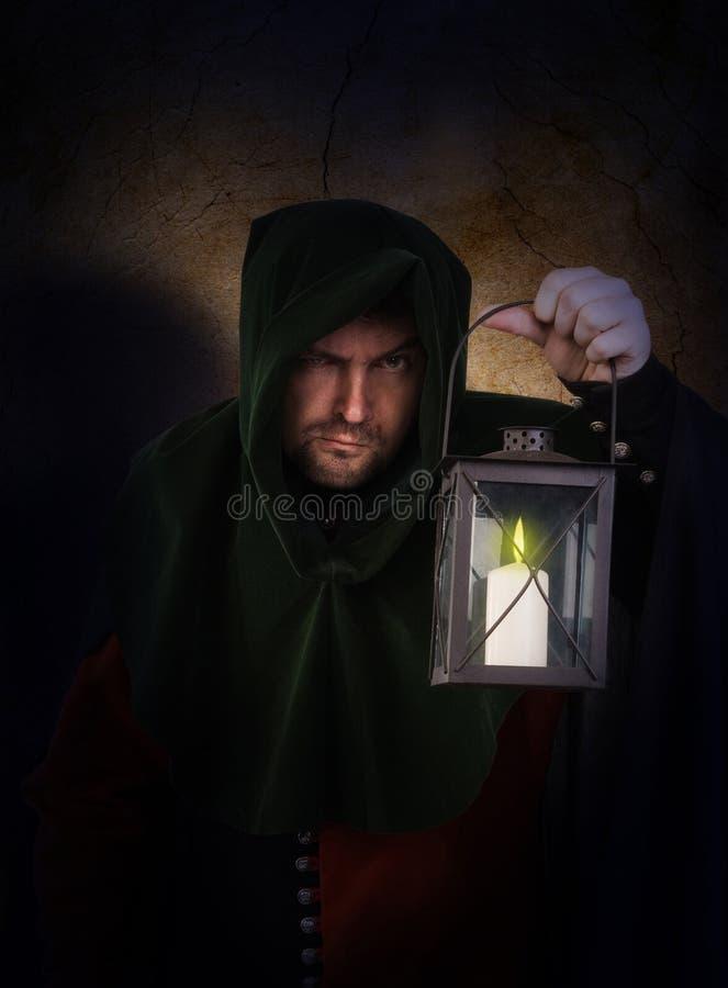 De bewaker van de nacht met een lantaarn stock foto