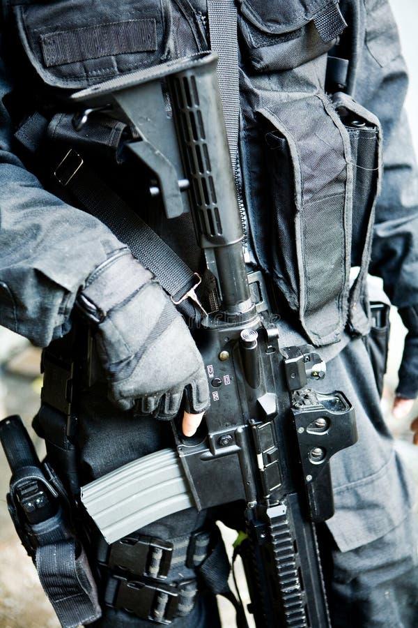 De bewapende militair in een camouflage stock afbeelding