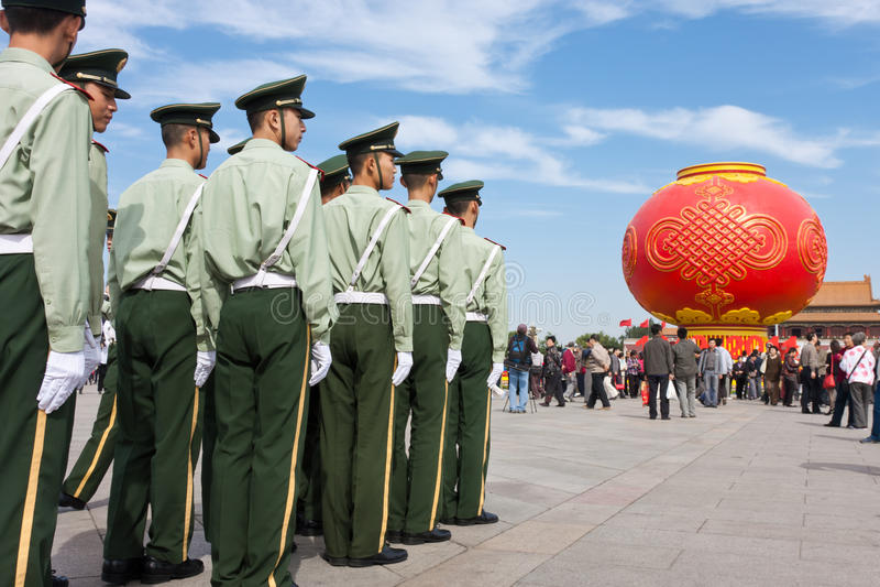De bewapende politiemilitairen verdedigen de veiligheid royalty-vrije stock afbeeldingen