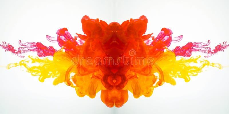 De beweging van acrylkleuren in water fotografeerde terwijl in motie Het abstracte wervelen van inkt in water Plons van inkt stock foto