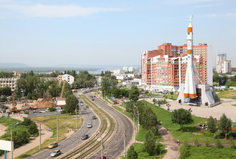 De beweging van auto's dichtbij ruimtemuseum Samara royalty-vrije stock afbeelding