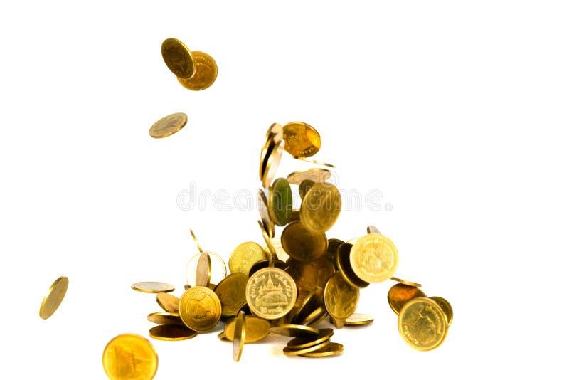 De beweging van dalend gouden muntstuk, vliegend muntstuk, regengeld isoleerde op witte achtergrond, zaken en financi?le rijkdom  royalty-vrije stock foto